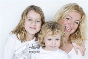 familieportret moeder met dochters kinderfotografie spontane fotografie fotograaf Woerden spijkerbroek wit T-shirt