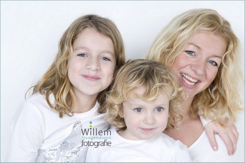 familieportret moeder met dochters kinderfotografie spontane fotografie fotograaf Woerden spijkerbroek wit T-shirt