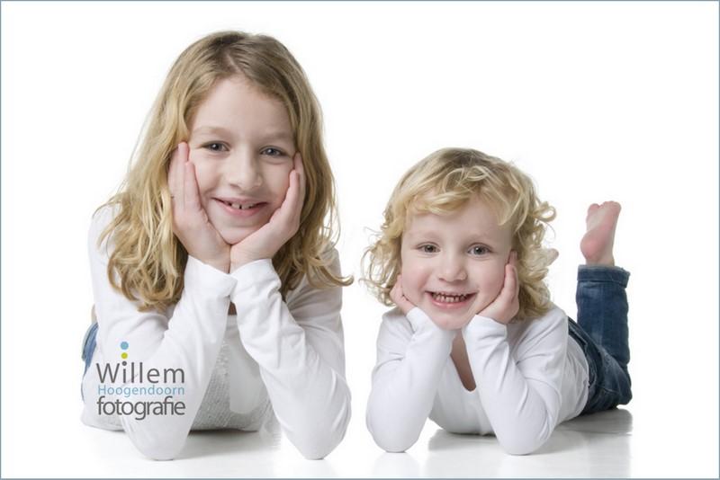 kinderfotografie zusjes spontane fotografie kinderen fotograaf Woerden spijkerbroek wit T-shirt Willem Hoogendoorn Fotografie