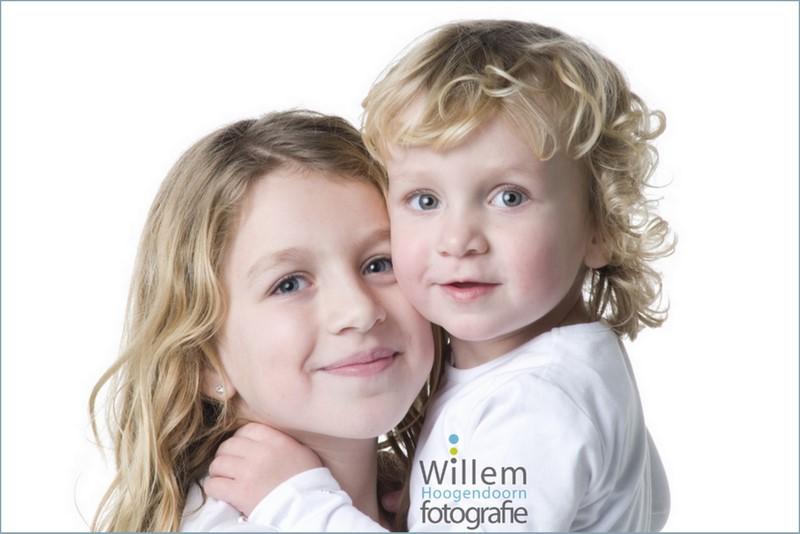 kinderportret familiefotografie zusjes spontane fotografie kinderen fotograaf Woerden spijkerbroek wit T-shirt Willem Hoogendoorn Fotografie