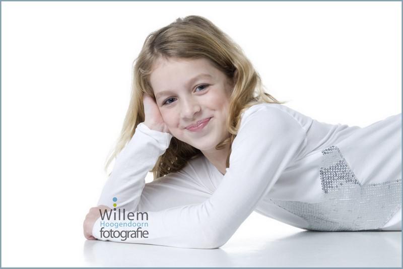kinderportret spontane fotografie kinderen fotograaf Woerden spijkerbroek wit T-shirt Willem Hoogendoorn Fotografie