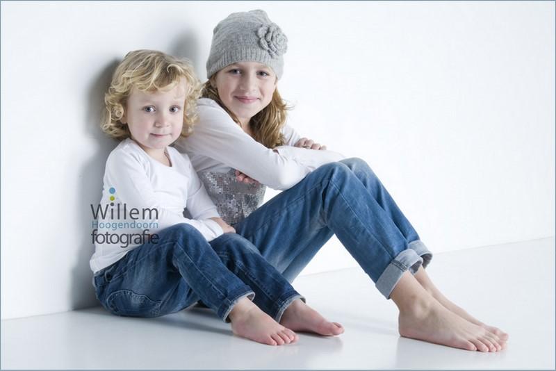 kinderportret spontane fotografie kinderen fotograaf Woerden spijkerbroek wit T-shirt Willem Hoogendoorn